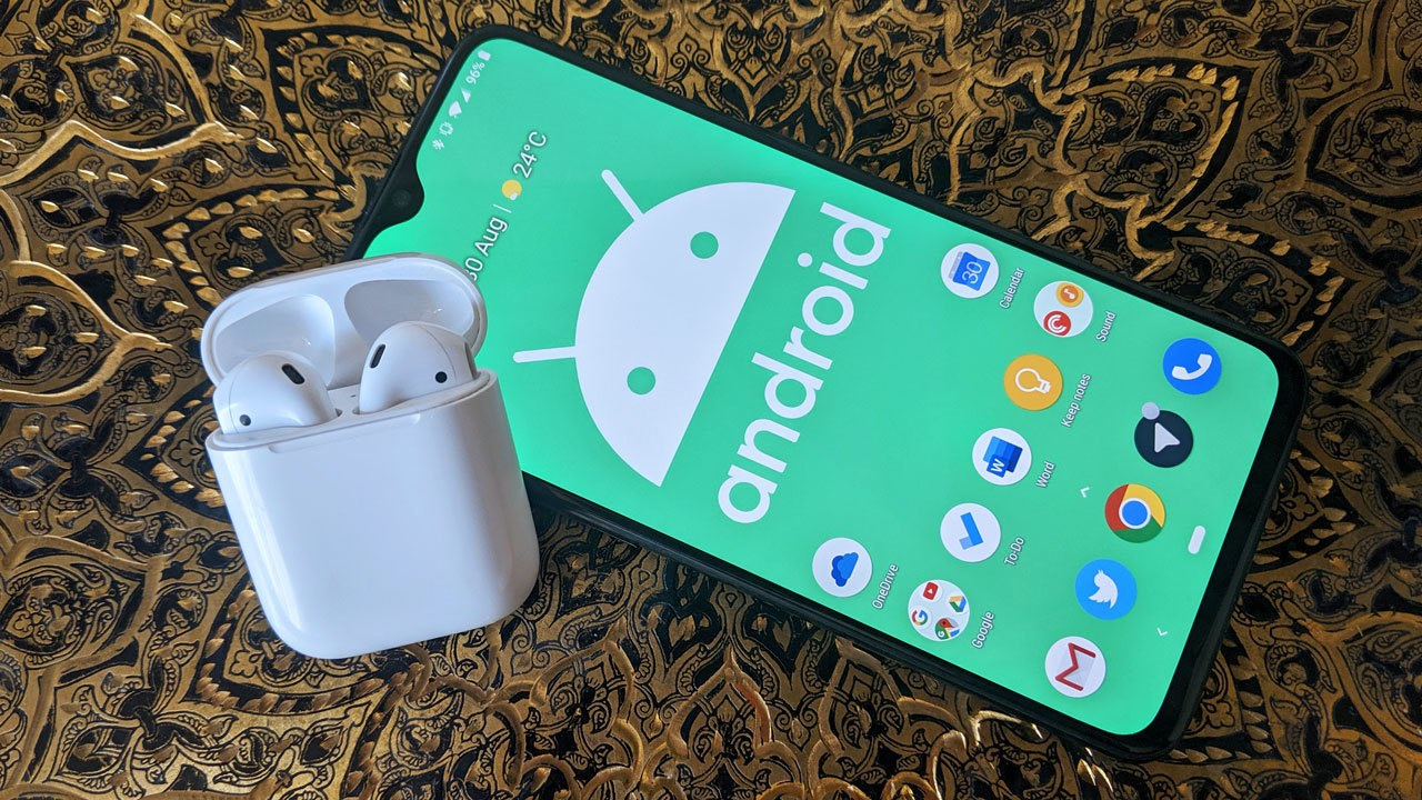 Apple Airpods со смартфоном на Android